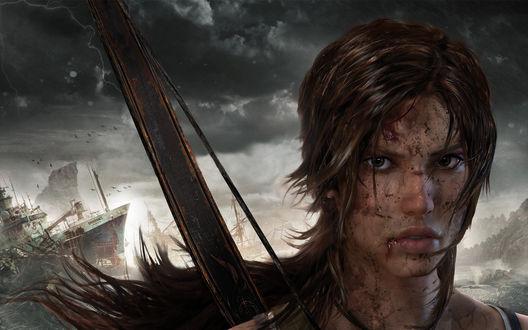 Обои Lara Croft / Лара Крофт испачканная в ссадинах и царапинах, стоит на берегу острова на фоне выброшенных на берег кораблей, персонаж из игры Tomb Raider / Расхитительница гробниц (2013)