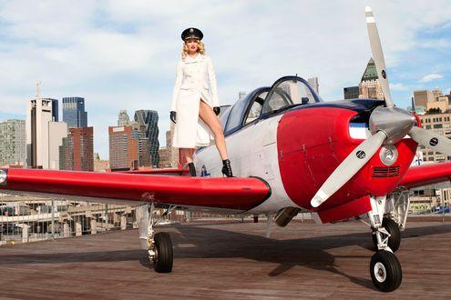 Обои Candice Swanepoel стоит на крыле самолета