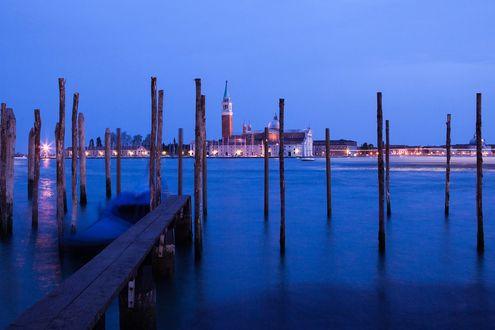 Обои Стоянка для лодок с мостом и сваями, на заднем плане видны городские здания, Сицилия, автор Анастасия Петрова
