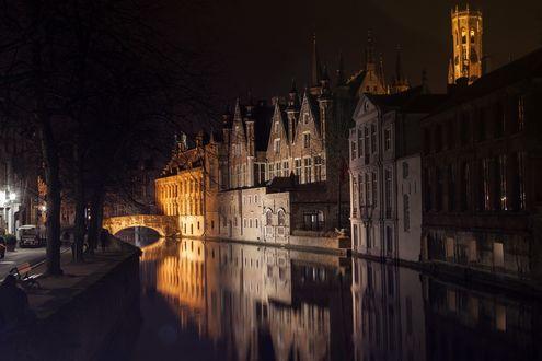 Обои Ночь, река протекает вдоль старинных зданий, мост через реку освещен, город Брюгге, Бельгия, фотограф Анастасия Петрова