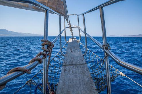 Обои Носовая часть парусного судна идущего по морю, фотограф Анастасия Петрова