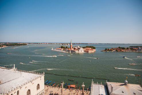 Обои Набережная южного города с историческими постройками и различными судами на море, Венеция, Италия, фотограф Анастасия Бразевич