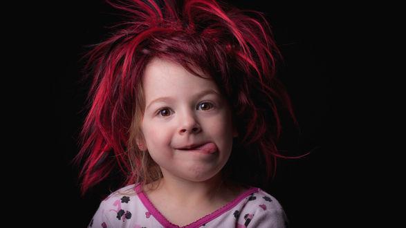 Обои Миленькая девочка с красными волосами на черном фоне