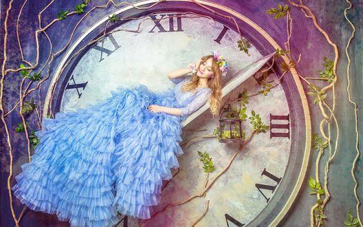 Обои Девушка в голубом платье лежит на стрелке больших часов