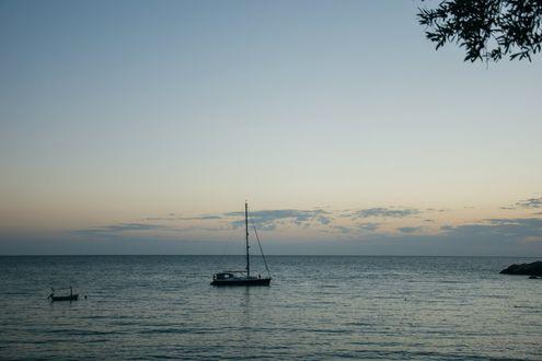 Обои Яхта дрейфует по спокойной поверхности моря, автор Ксения Сольвейг