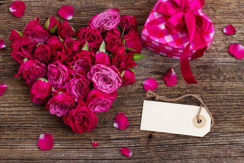 Обои Цветы красных роз выложенные в форме сердца, подарок перевязанный лентой, бирка с тесемкой, Valentins day (Валентинов день)