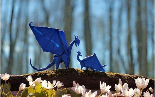 Обои Драконы из синей бумаги, выполненные в технике оригами, стоят на ветке дерева
