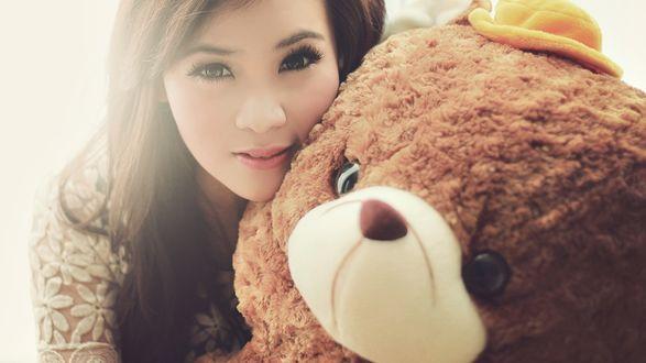 Обои Девушка с огромным плюшевым медведем