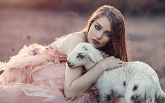 Обои Девушка обнимает козленка