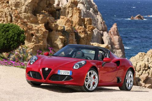Обои Alfa Romeo 2015 4C Spider 960 красного цвета, стоит на берегу моря