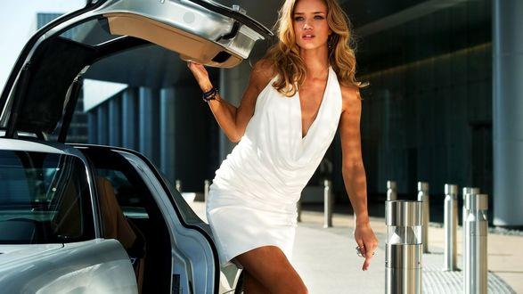 Обои Рози Хантингтон-Уайтли в белом платье, стоит рядом с машиной, кадр из фильма Трансформеры 3