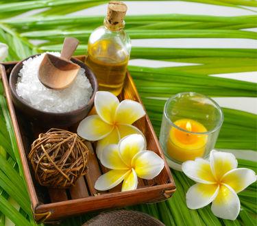 Обои Spa набор, зажженная свеча, цветы, соль и ароматическое масло на деревянном подносе