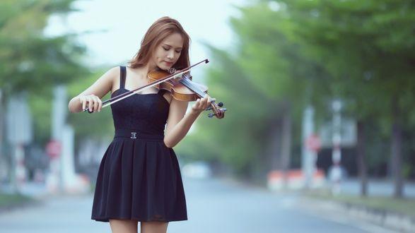 Обои Девушка играет на скрипке, на фоне дороги