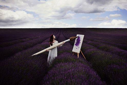 Обои Девушка с огромной кистью стоит на лавандовом поле, перед мольбертом