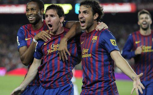 Обои Товарищи по команде обнимают и поздравляют футболиста Лионела Месси, забившего гол в ворота соперника