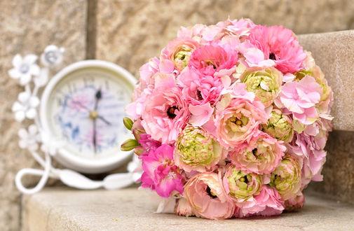 Обои Букет невесты из розовых пионов и гортензии на размытом фоне с часами
