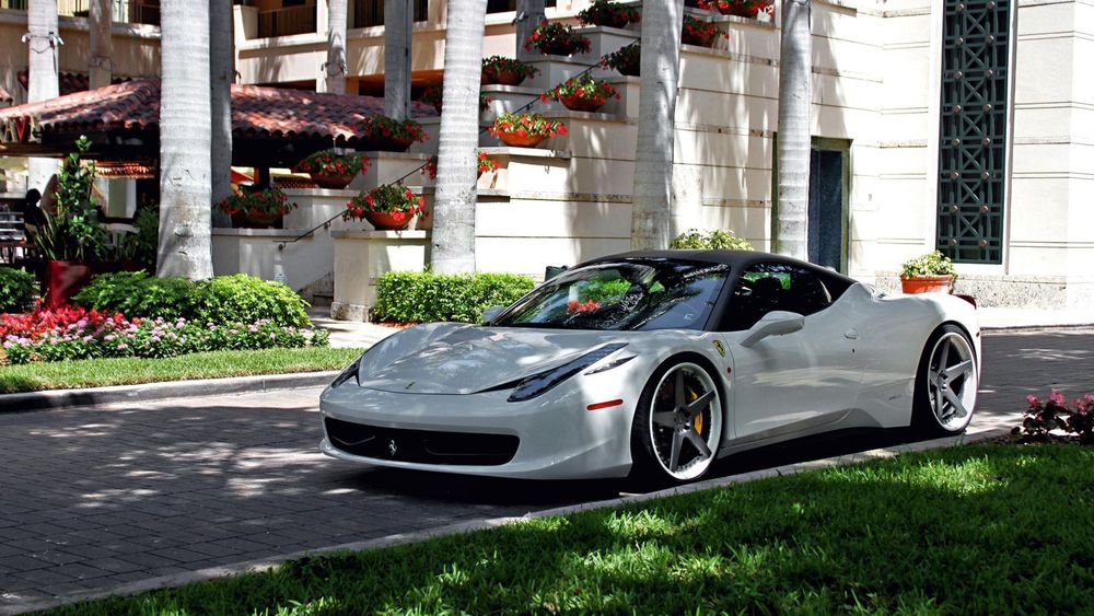 Обои для рабочего стола Белая Ferrari стоит во дворе