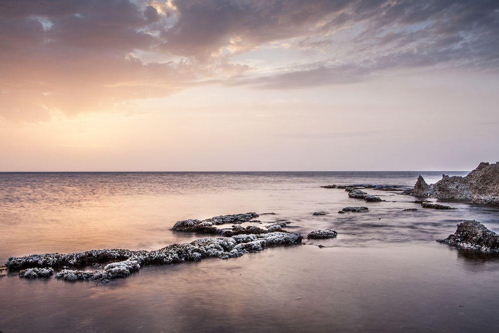 Обои для рабочего стола Море, омывающее прибрежные скалы, и спокойное небо над ним, Сицилия, автор Анастасия Петрова