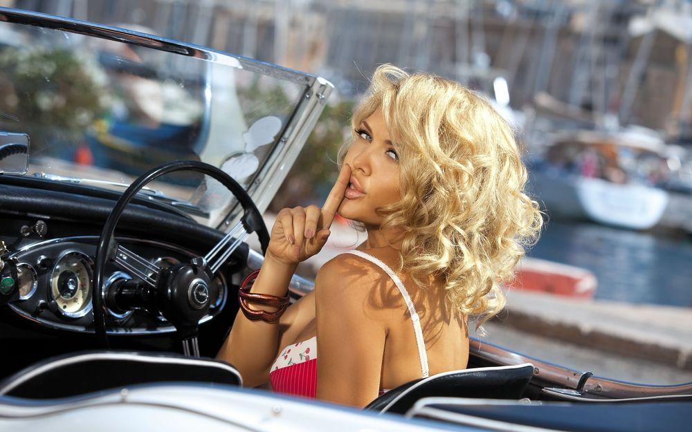 фото красивых девушек блондинок в машине