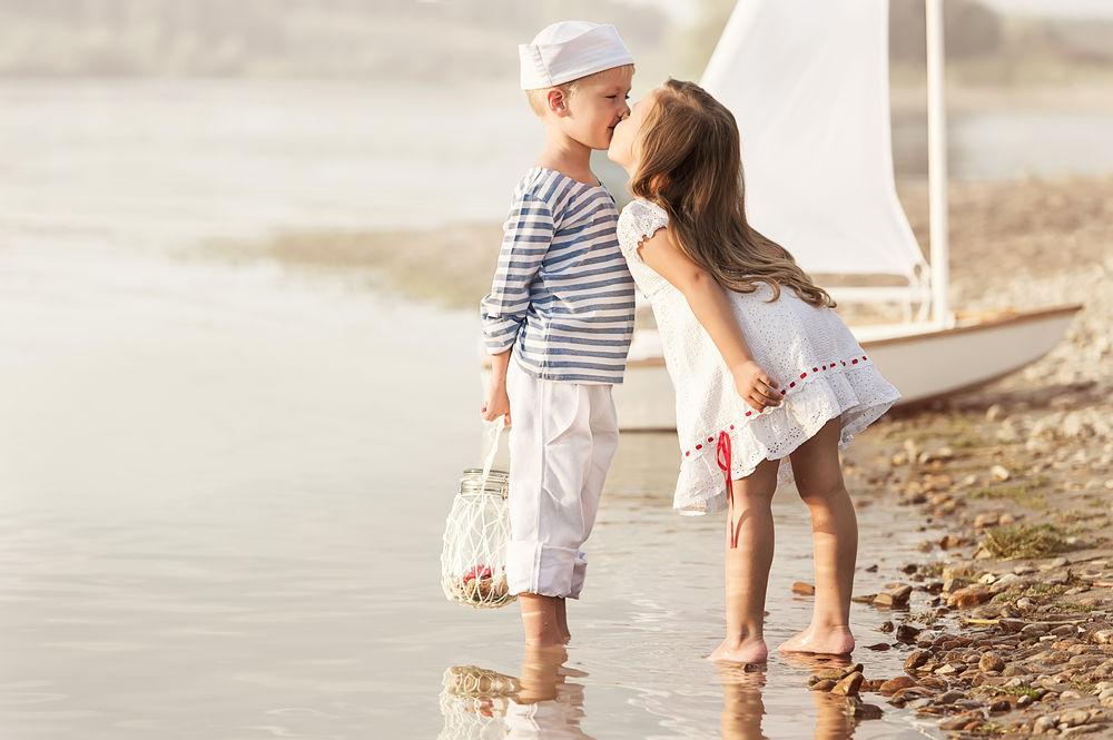 Картинки девочка с мальчиком целуются зимой