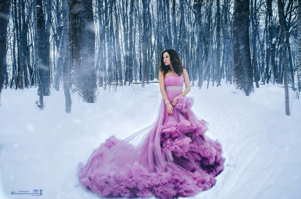 Девушка в платье <a href=