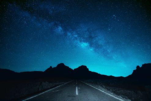 Обои Горы на фоне млечного пути звездной ночью