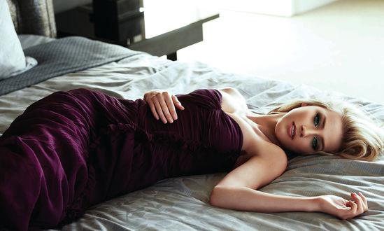 Обои Американская актриса и модель Эмбер Херд / Amber Heard в бордовом платье лежит на кровати