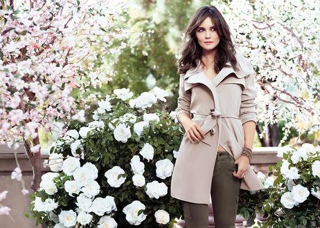 Обои Katie Holmes, актриса, стоит на фоне цветущего сада