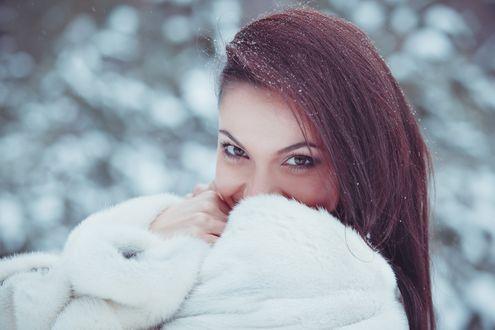 Обои Улыбающаяся девушка в белой меховой шубке, автор Алена Платонова