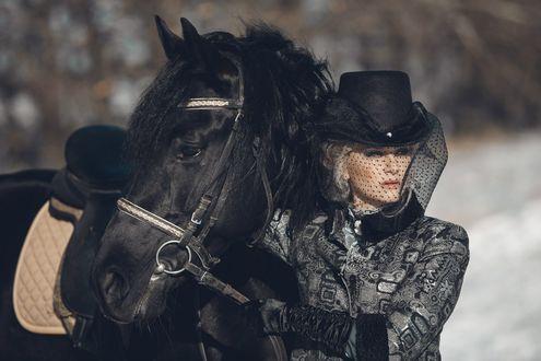 Обои Блондинка в черной шляпе с вуалью держит за узду коня, автор Алена Платонова