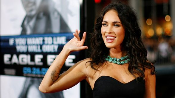 Обои Megan Fox / Меган Фокс машет рукой своим поклонникам