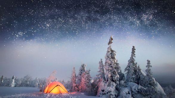 Обои Палатка стоит у красивого зимнего леса