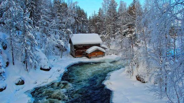 Обои Заснеженный деревянный домик на берегу реки