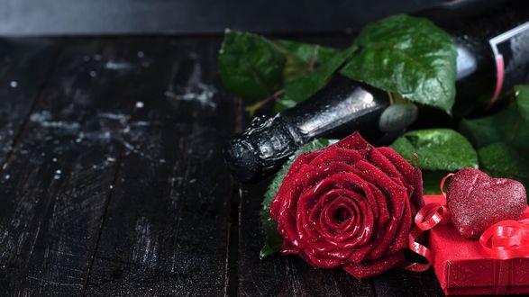 Обои Бутылка вина, роза и подарок к 8 марта