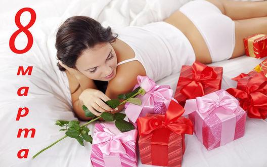 Обои Девушка с розой в руке лежит в окружении коробочек с подарками (8 марта)