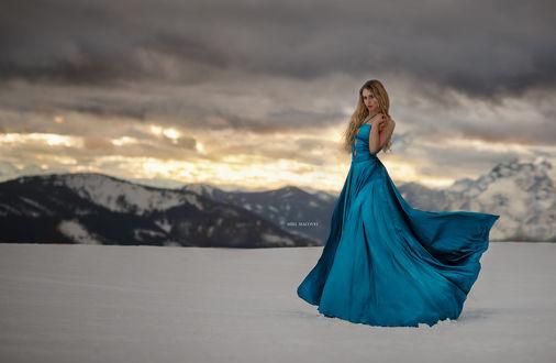 Обои Девушка в длинном голубом платье стоит на снегу, ву Miki Macovei