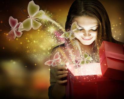 Обои Девушка приоткрыла подарочную коробку и из нее полился магический свет и полетели разноцветные бабочки