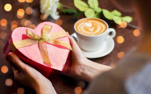 Обои Кружечка горячего кофе, белая роза и подарок в виде сердца для любимой на 8 марта