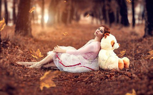 Обои Девушка с плюшевым медведем сидят в осенней аллее под падающими листьями, By Alessandro Di Cicco