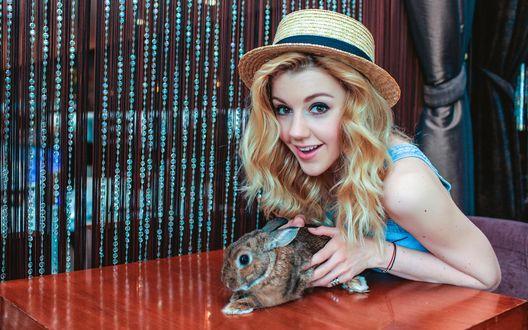 Обои Российская певица, солистка R'n'B-группы «5sta Family» - Юлианна Караулова с кроликом