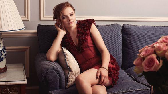 Обои Актриса Хлоя Грейс Морец / Chloe Grace Moretz в красном платье сидит на диване