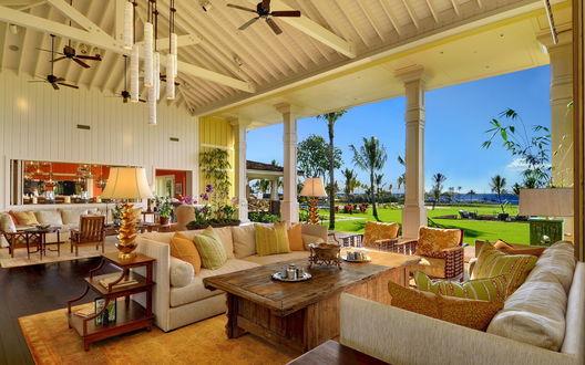 Обои Комната с диванами, столами и светильниками выходит на яркую зеленую лужайку