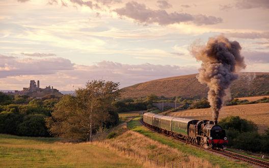 Обои Поезд едет вдоль полей Великобритании / Great Britain, выпуская сизый дым из трубы