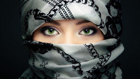 Обои Девушка с зелеными глазами в парандже