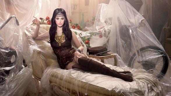 Обои Кэти Перри / Katy Perry сидит на постели