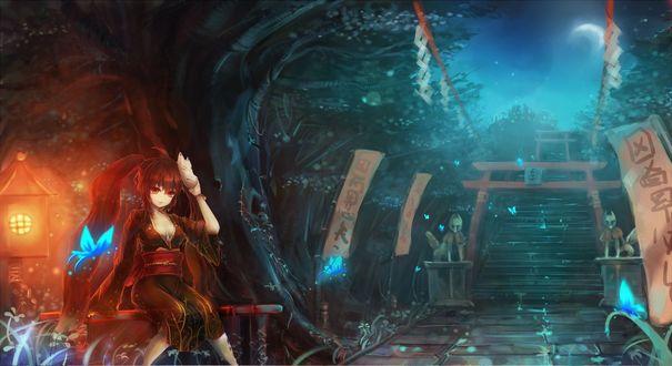 Обои Девушка в кимоно с маской на голове сидит на скамейке ночью у ворот с лестницей, ведущей к храму