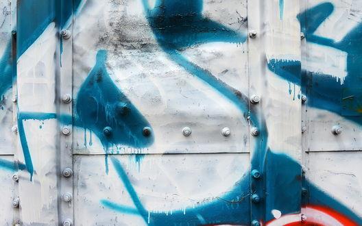 Обои Стена, разрисованная бело-синим граффити