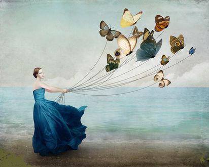 Обои Фантастическая прогулка изящной барышни в платье цвета морской волны с красочными бабочками по берегу моря, by Christian Schloe