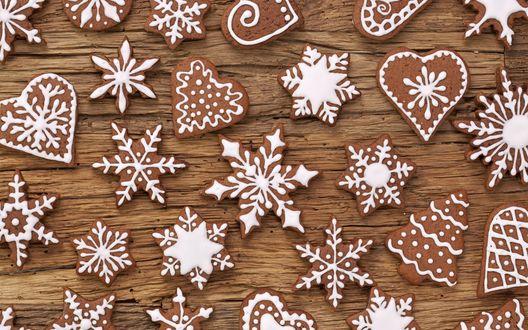 Обои Имбирные пряники в виде снежинок, сердец и елочек