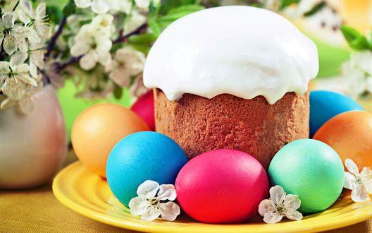 Обои Пасхальный кулич с разноцветными яйцами на тарелке